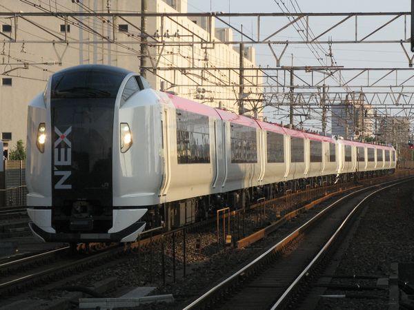 夕刻の総武線稲毛駅を通過するE259系「成田エクスプレス」