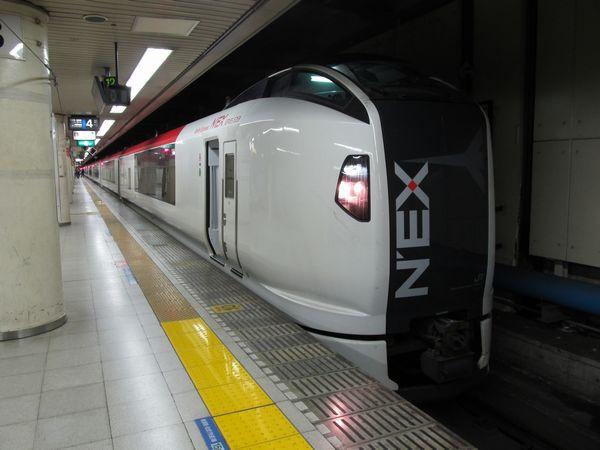 東京駅に停車中のE259系。
