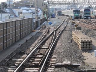 同じ地点の2012年1月28日の状況。本線・千代田線引上線共に直線に戻された。