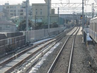 東北沢駅手前に出現したトンネル入口
