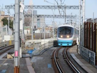 東北沢駅ホーム端から新宿方面を見る。3月で引退する20000形(RSE)特急「あさぎり」が通過。