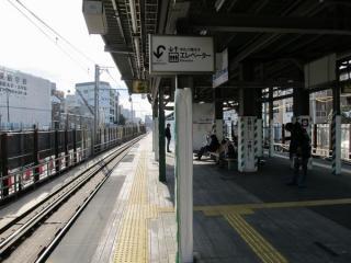 現在の東北沢駅ホームの階段付近。以前と比べて変化はない。