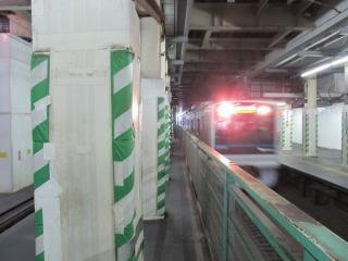 下北沢駅の小田原寄り。線路上空に作業用の台を設置し、地下のトンネル構築行われている。