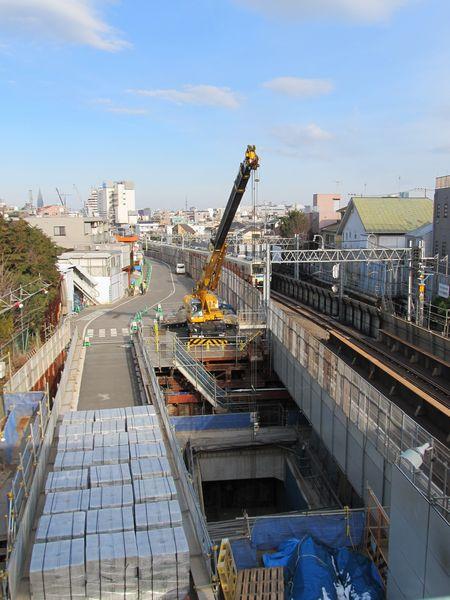 歩道橋から見た世田谷代田駅北側の立坑