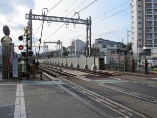 踏切から見た環状7号線の交差部分