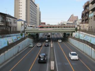 交差部分を南側の歩道橋から見る。道路側から工事の気配をうかがうことは出来ない。