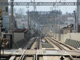 世田谷代田駅停車中の下り列車から小田原方面を見る。