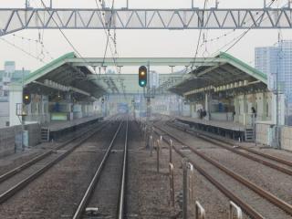 登戸方のホームが完成した和泉多摩川駅。