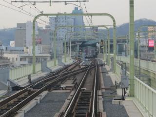 多摩川橋梁上にある急行線・緩行線の合流。
