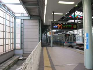 登戸駅の下り緩行線の高架橋は途中で切れている。