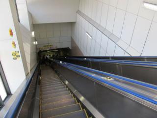 A1出入口のエスカレータの全長は44mで、駅では日本一の長さを誇る。