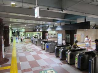地下1階の改札口。乗り換え路線が2路線あるため、自動改札機の台数も多い。