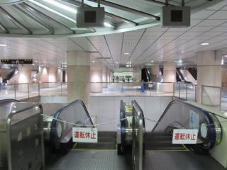 地下3階の下り線ホーム・コンコース。手前のエスカレータを降りると地下5階の上り線ホームに出る。