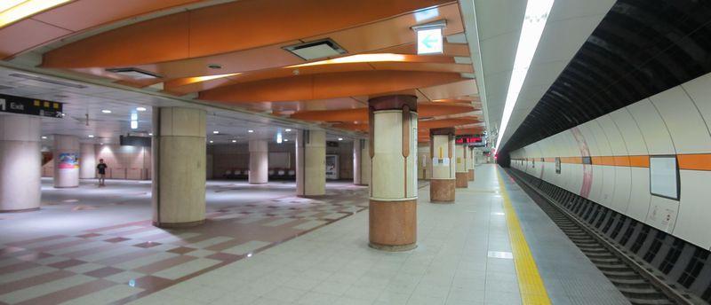 地下3階の下り線ホームと改札口へ向かうコンコースの接続部分。