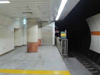 大崎側のホーム端にある非常口とトンネル換気機械室。