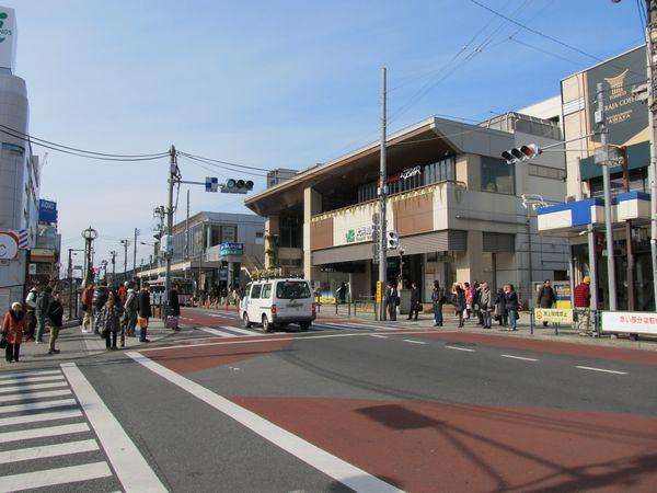 大井町駅東口・西口駅舎。りんかい線は駅舎前の道路下を通る。