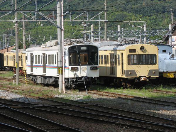 彦根駅構内に留置されている220形(左)。右は部品取り用として放置されている旧西武401系。