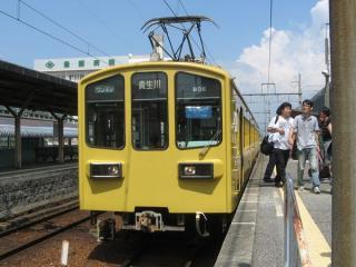 豊郷駅に停車中の800系