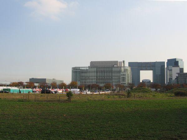 お台場中央のシンボルプロムナード公園から南を見る。右奥に見えるテレコムセンターは臨海副都心の整備計画の中で計画通り完成した数少ない建物の1つ。開発失敗という「負の歴史」は広大な空き地という形で現在に至るまで禍根を残している。2007年12月1日撮影