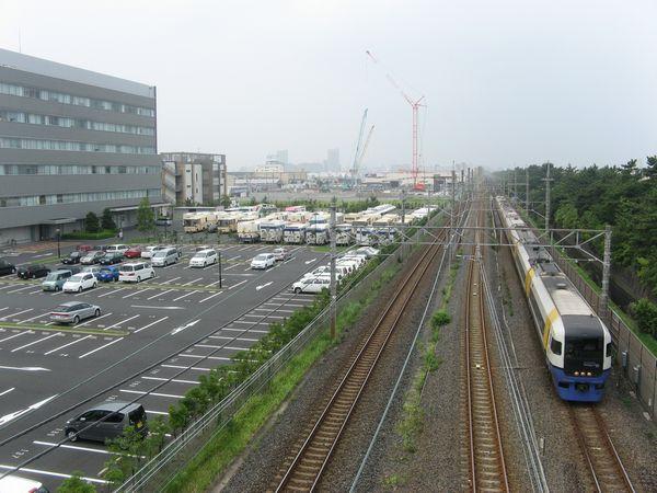 千葉貨物ターミナル駅跡地脇を通過する房総特急255系。京葉線の流転の歴史を語る上で欠かせない場所。