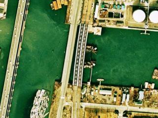 品川運河での工事。運河に何かを埋め込んでいる。左を通るのは新幹線の回送線と大汐線。