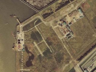 13号地西端の工事。写真左の四角い穴が2つある部分が13号地立坑(シールド発進立坑)。