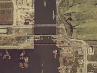有明西運河での工事。運河にケーソン(トンネル)を埋め込んでいる。