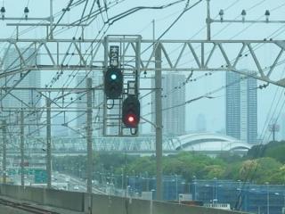 新木場駅蘇我方の場内信号機。右の「東臨」とプレートがある信号機がりんかい線への進路を示す。