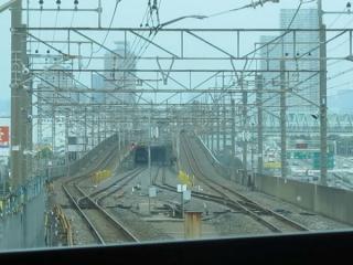 その先の京葉線・りんかい線分岐点。下っていく線路の先にはかすかに埼京線205系が見える。
