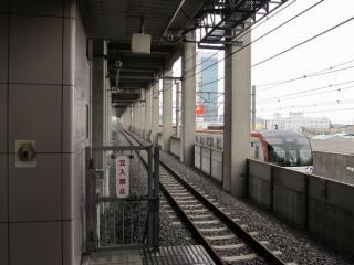 1番線の蘇我方を見る。隣には東京メトロ有楽町線の10000系が折り返しのため停車中。