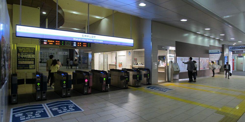 高架下の改札口・券売機