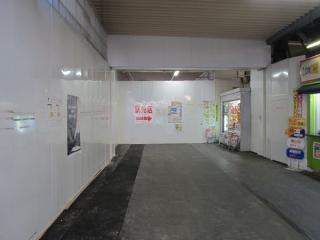 北口仮駅舎に残る地下通路への階段跡。