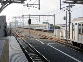 駅西側の折返し線は軌道が敷設されたのみで使用されていない。