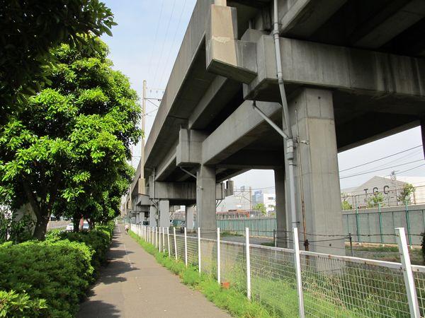 橋梁以外の部分はコンクリート製の桁橋となっている
