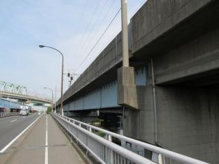 国道357号線から見た曙運河橋梁。左奥のカーブを描く橋梁はJR京葉線夢の島橋梁。