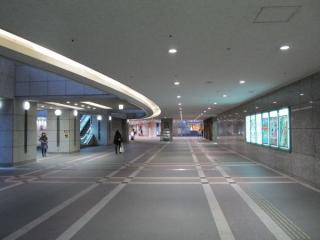 C出入口を上がりきったところにあるオーバルガーデン。