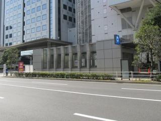 A出入口を天王洲通りの反対側から見る。
