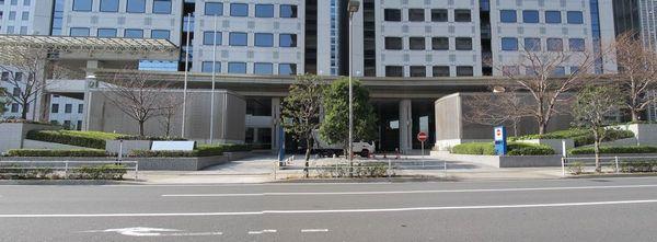 日立ソリューションズタワー前にある換気塔。右側がりんかい線品川シーサイド駅用。