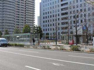 駅中央にあるエレベータと地下駐輪場入口。