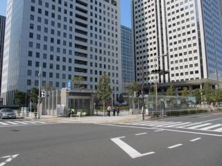 大崎寄りの駅端にあるB出入口と地下駐輪場入口。出入口の後ろには駅前ロータリーが広がる。