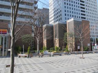 大崎寄りの駅端にある換気塔。手前3つが給気用、奥2つが排気用。