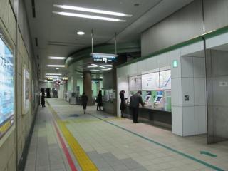 駅中央にある改札口と券売機。