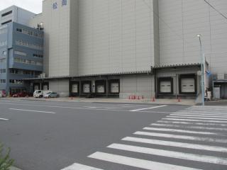 松岡冷蔵倉庫の荷捌きステージ