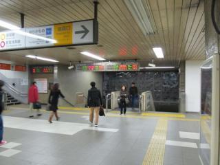 横須賀線地下コンコース(汐留口改札)へ降りる階段