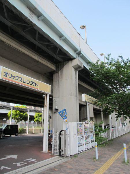 既設の高架橋を切り欠いて設置されているホーム桁の橋脚