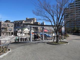 南砂町駅側から公園を見る。右側にある巨大な円筒は地下にある砂町水再生センターへ通じる下水管を模したもの。