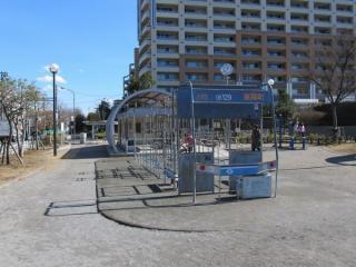 公園内には東西線05系を模した遊具もある