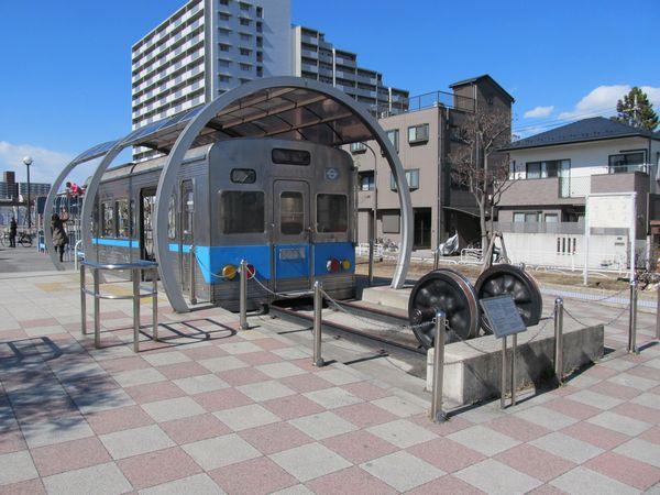 公園内にある営団5000系電車の車体