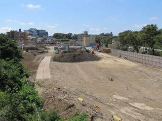 横浜羽沢駅を跨ぐ歩道橋から羽沢駅の工事を見る。杭打ちや地面の掘削が開始されている。</i>