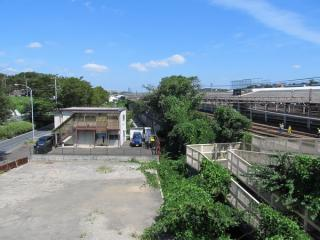 先ほどの歩道橋から北(東海道貨物線鶴見方面)を見る。中央のプレハブの付近に直通線が建設される。